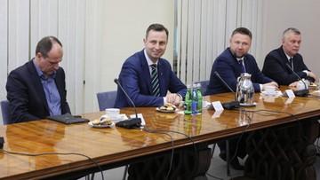 Opozycja po spotkaniu z premierem. Ulotki o koronawirusie też po ukraińsku