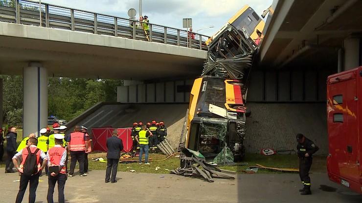 Autobus spadł z wiaduktu w Warszawie. Kierowca wiele razy łamał wcześniej przepisy drogowe