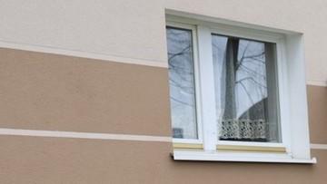 Dwulatek uratowany przed upadkiem z okna. Pomógł wzrost jednego z policjantów