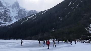 """""""Ludzie zachowują się jak barany"""". Turyści spacerują po lodzie na Morskim Oku"""