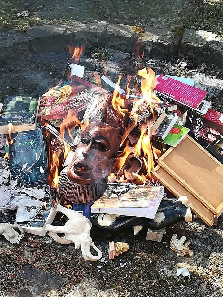 """Spalono przedmioty, które miały być """"magiczne"""""""