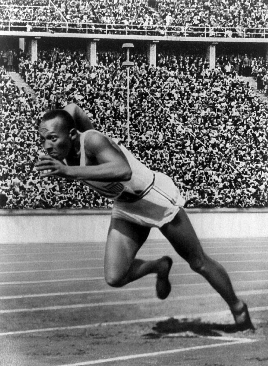 Jesse Owens podczas biegu na 200 m na igrzyskach olimpijskich w Berlinie w 1936 roku