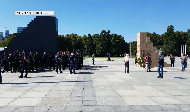 Podczas wrześniowej miesięcznicy żandarmeria i policja ochraniała pomnik ofiar katastrofy smoleńskiej
