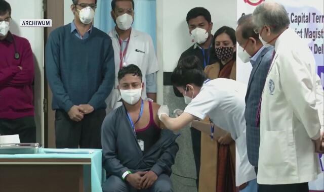 16 stycznia 2021 roku. Początek akcji szczepień w Indiach. Szczepionkę otrzymał pracownik sanitarny Manish Kumar