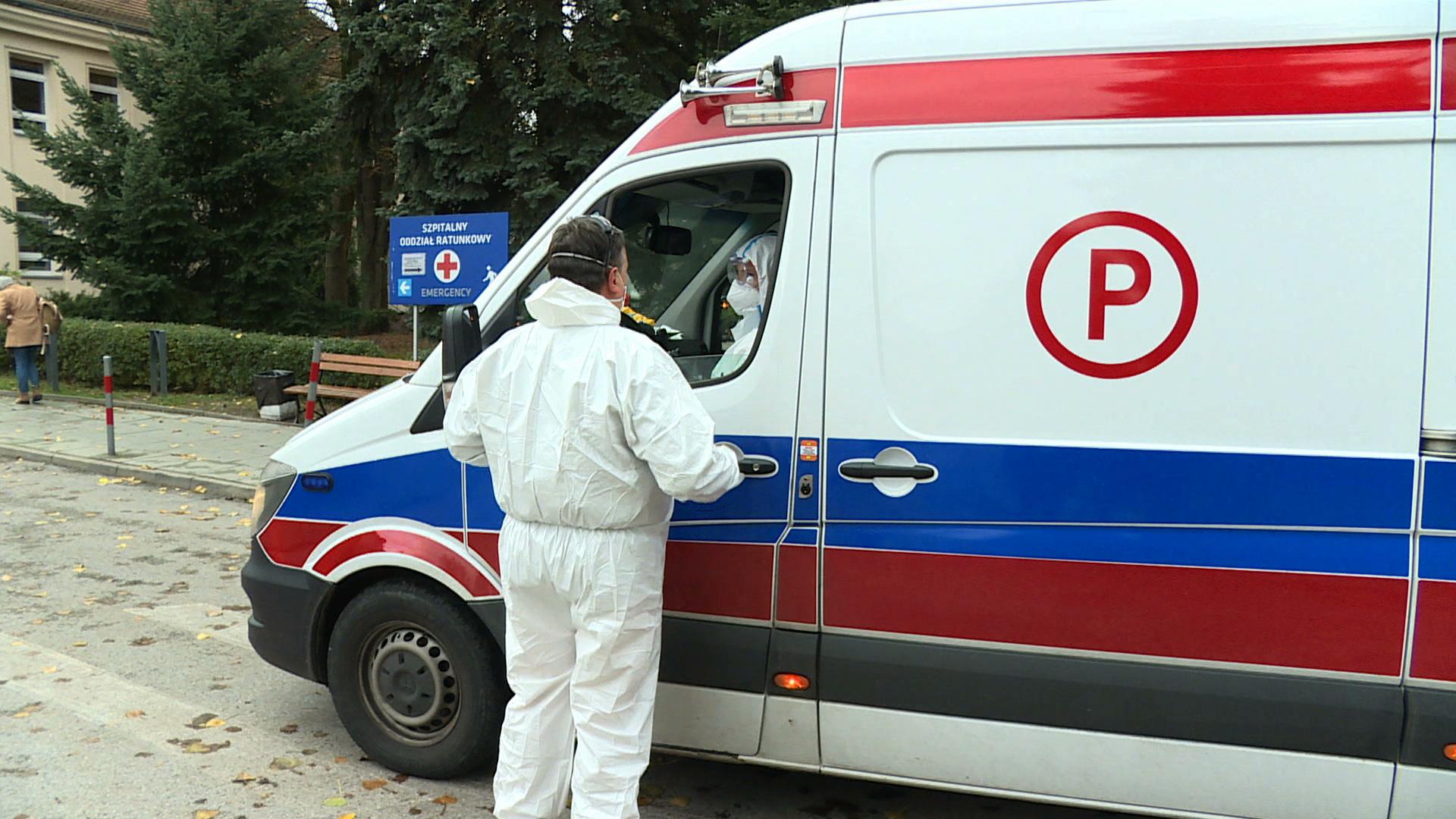 Kilkanaście godzin szukali szpitala dla zakażonego kierowcy karetki. Mężczyzna zmarł
