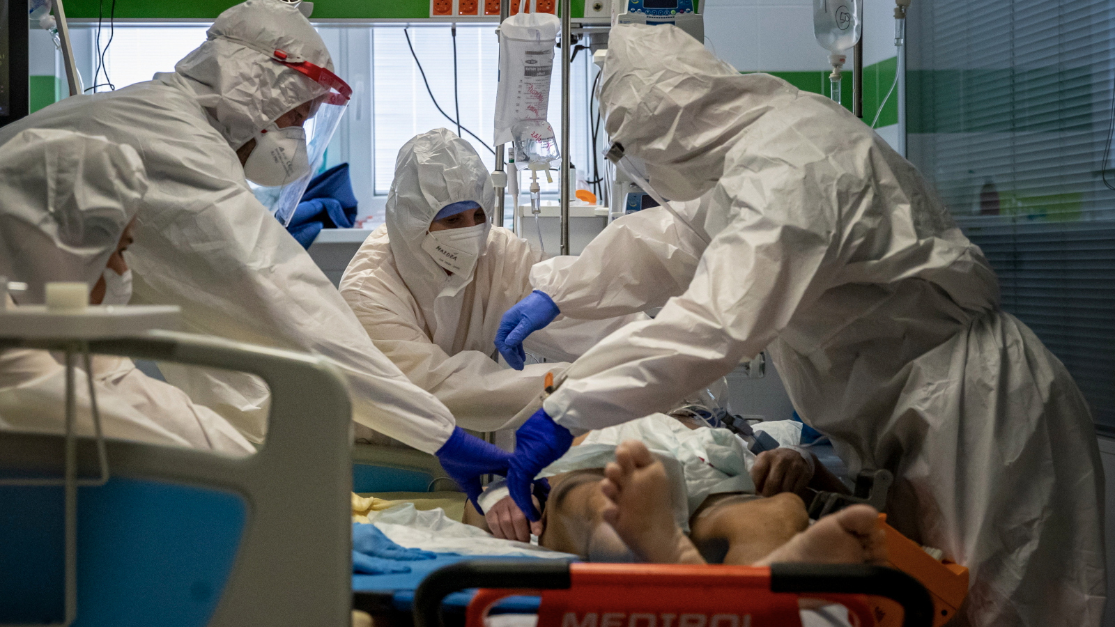 Świat walczy z trzecią falą pandemii COVID-19