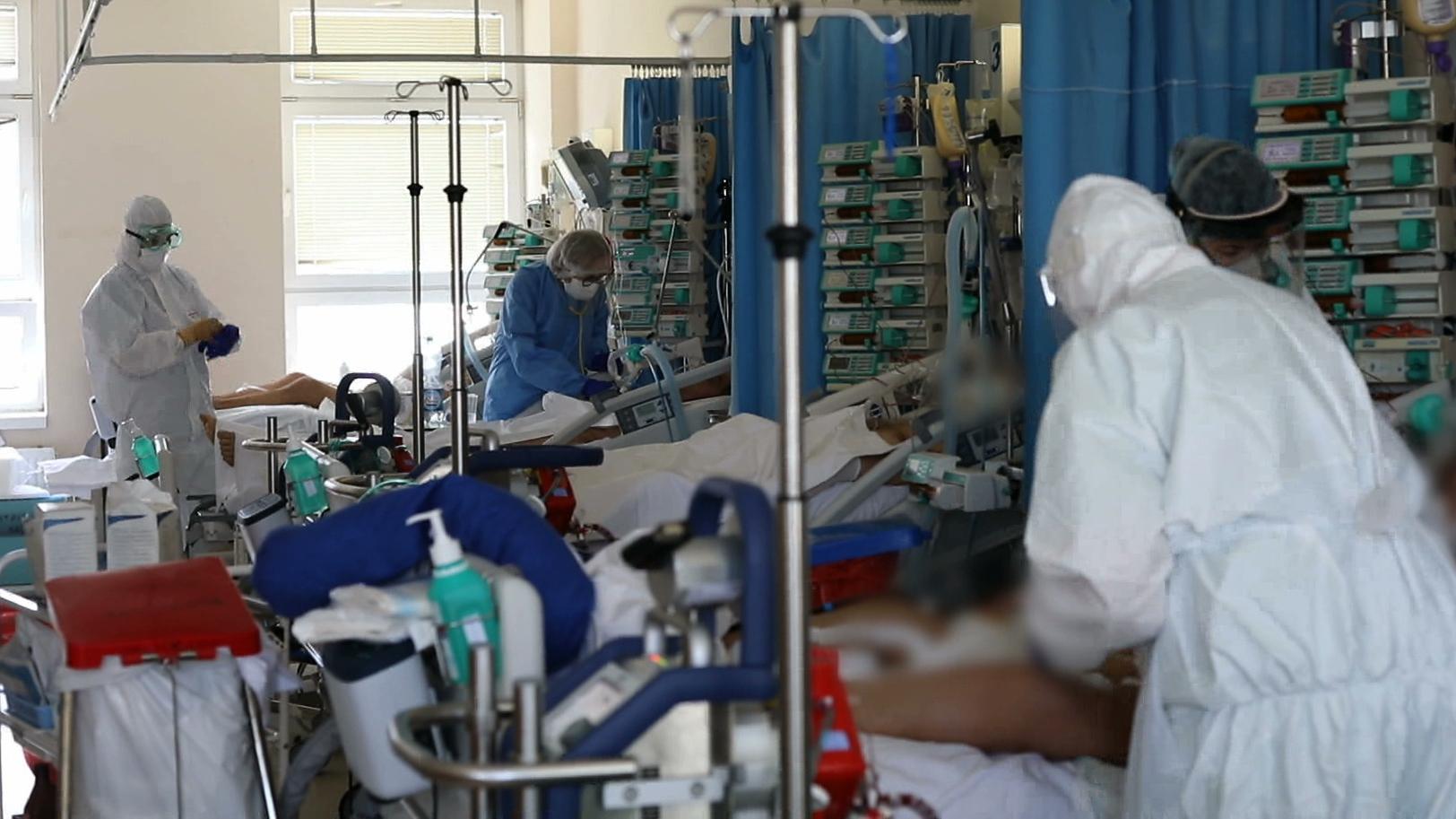 Szpitale wypełniają się, a zakażonych jest coraz więcej