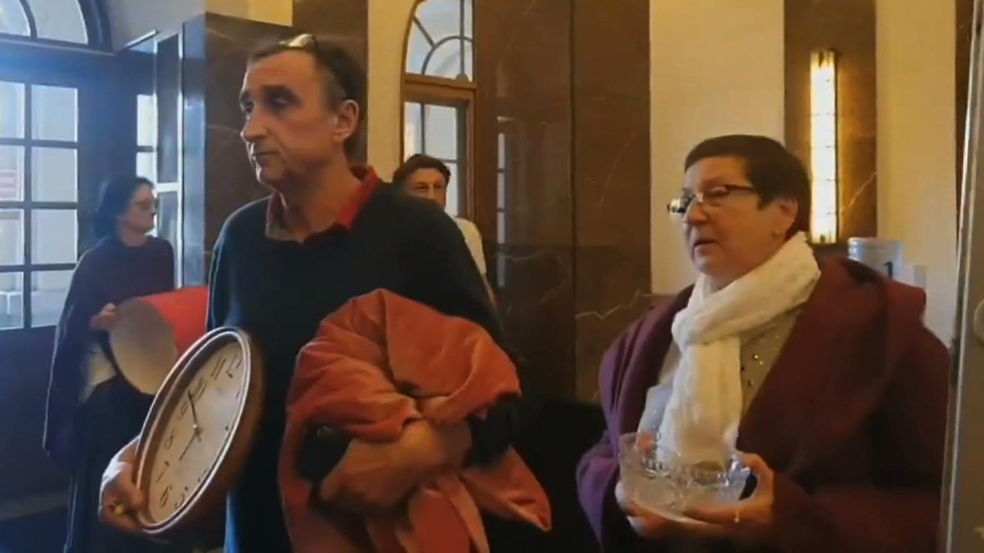 """24.10.2019   """"Lotna Brygada Opozycji"""" z materacami i firankami w siedzibie NIK"""