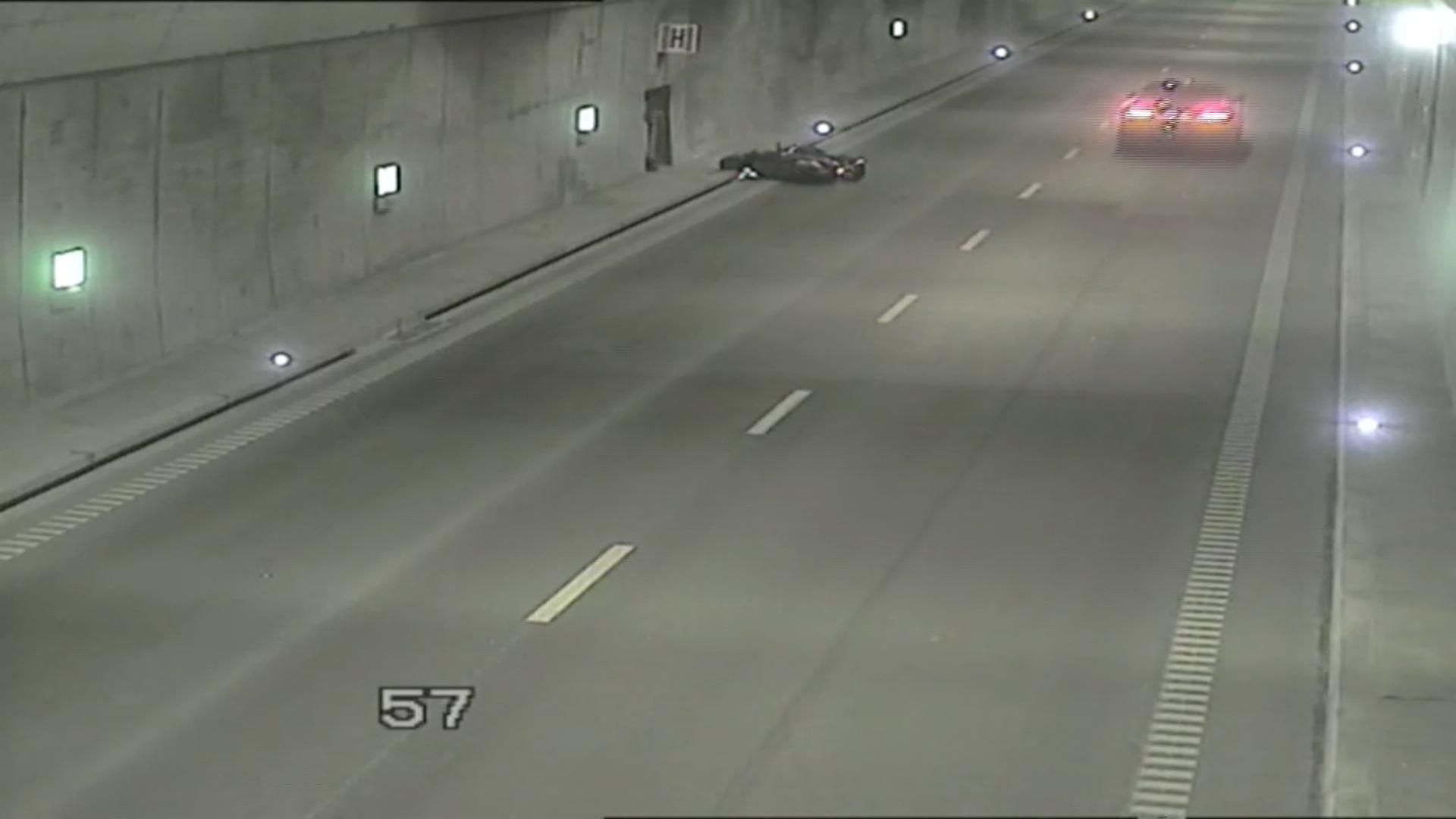 11.10.2018 | Motocyklista wywrócił się w tunelu, kierowcy aut nie zareagowali